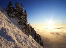 Paisaje de la montaña sobre un mar de nubes en la puesta del sol Fotografía de archivo libre de regalías