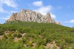 Paisaje de la montaña, una montaña con un canto de piedra magnífico en el top foto de archivo