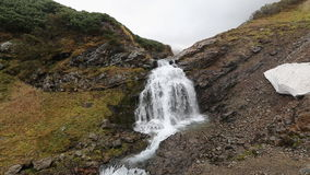 Paisaje de la montaña: vista de la cascada pintoresca en otoño metrajes
