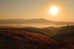 Paisaje de la montaña y de la niebla Fotos de archivo libres de regalías