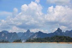 Paisaje de la montaña y del cielo del mar Fotos de archivo libres de regalías