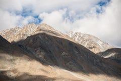 Paisaje de la montaña y del lugar en el ladkh del leh, la India Fotografía de archivo