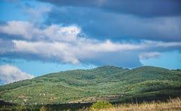 Paisaje de la monta?a Cielo azul con las nubes lluviosas tiempo soleado las aventuras del viaje y de la pasi?n por los viajes le  imagen de archivo libre de regalías