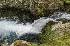 Paisaje de la monta?a de Kamchatka: cascada hermosa Paisaje del verano de Kamchatka fotos de archivo