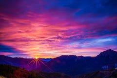 Paisaje de la montaña de la puesta del sol Imágenes de archivo libres de regalías