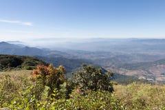 paisaje de la montaña en Kew Mae Pan Nature Trail y x28; Doi Inthanon nacional Imagen de archivo libre de regalías