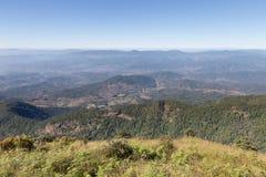paisaje de la montaña en Kew Mae Pan Nature Trail y x28; Doi Inthanon nacional Fotos de archivo libres de regalías
