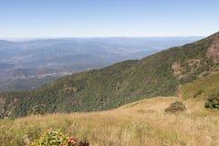 paisaje de la montaña en Kew Mae Pan Nature Trail y x28; Doi Inthanon nacional Foto de archivo libre de regalías