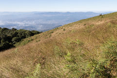 paisaje de la montaña en Kew Mae Pan Nature Trail y x28; Doi Inthanon nacional Foto de archivo