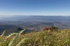 paisaje de la montaña en Kew Mae Pan Nature Trail y x28; Doi Inthanon nacional Fotografía de archivo libre de regalías