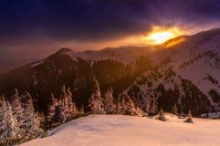 Paisaje de la montaña en la puesta del sol Fotos de archivo