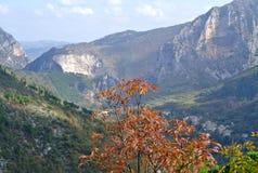 Paisaje de la naturaleza de la montaña en Italia imagenes de archivo
