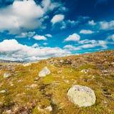 Paisaje de la naturaleza de Noruega, montaña debajo de Sunny Blue Sky Imagen de archivo