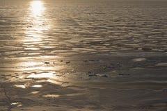 Paisaje de la naturaleza del invierno El mar congelado en los rayos del sol poniente imágenes de archivo libres de regalías