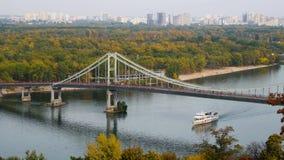 Paisaje de la naturaleza, del puente y del río del otoño almacen de metraje de vídeo