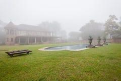 Paisaje de la niebla de la piscina de la casa Imagen de archivo libre de regalías