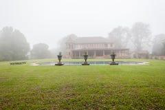 Paisaje de la niebla de la piscina de la casa Foto de archivo libre de regalías