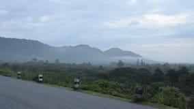 Paisaje de la niebla que flota en pico de montaña almacen de metraje de vídeo