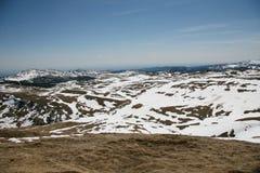 Paisaje de la nieve de las altas montañas en verano Fotos de archivo