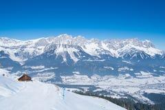 Paisaje de la nieve del invierno de las montañas en el Tirol Imagenes de archivo