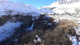 Paisaje de la nieve y de la cascada de la montaña almacen de video