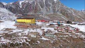 Paisaje de la nieve y del valle de la montaña metrajes