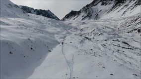 Paisaje de la nieve y del valle de la montaña almacen de video