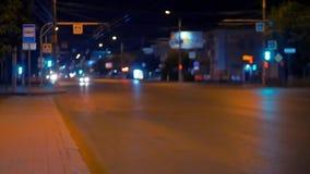 Paisaje de la noche de la ciudad de la noche con tráfico del transporte almacen de video