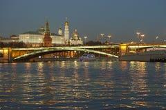 Paisaje de la noche de la ciudad grande imagenes de archivo