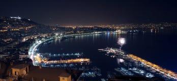 Paisaje de la noche con el fuego artificial en Nápoles Foto de archivo libre de regalías
