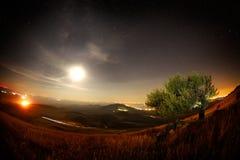 Paisaje de la noche con la vía láctea sobre los campos Imágenes de archivo libres de regalías