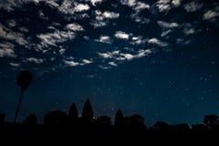 Paisaje de la noche con las nubes, las estrellas y el silhuette del templo de Angkor Wat foto de archivo libre de regalías