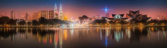 Paisaje de la noche de Kuala Lumpur, el palacio de la cultura Imágenes de archivo libres de regalías