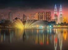Paisaje de la noche de Kuala Lumpur, el palacio de la cultura Fotografía de archivo