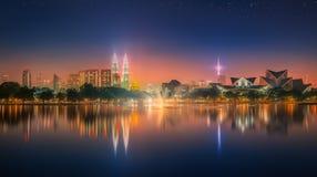 Paisaje de la noche de Kuala Lumpur, el palacio de la cultura Imagen de archivo libre de regalías