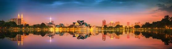 Paisaje de la noche de Kuala Lumpur, el palacio de la cultura Fotografía de archivo libre de regalías