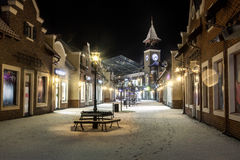 Paisaje de la noche de la calle del invierno con el reloj de la torre Fotos de archivo libres de regalías