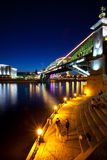 Paisaje de la noche de la ciudad de Moscú con un puente Foto de archivo
