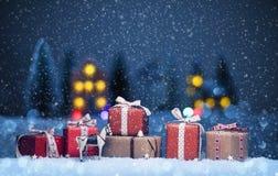 Paisaje de la noche de la Navidad con los regalos Foto de archivo libre de regalías