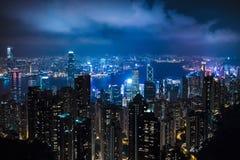 Paisaje de la noche del centro de ciudad con muchos rascacielos, edificios icónicos que representan la pieza del negocio de la ci imagen de archivo libre de regalías