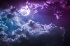 Paisaje de la noche del cielo con la Luna Llena nublada y brillante con shi Foto de archivo libre de regalías