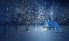 Paisaje de la noche del invierno con la casa en bosque Fotos de archivo
