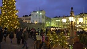 Paisaje de la noche del invierno del cuadrado del senado con el árbol de navidad y del mercado del día de fiesta en Helsinki, Fin metrajes