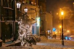 Paisaje de la noche del invierno, igualando en la calle nevosa de la noche bajo nevadas Fotos de archivo