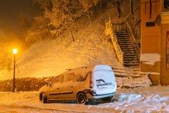Paisaje de la noche del invierno, igualando en la calle nevosa de la noche bajo nevadas Imagenes de archivo