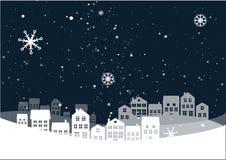 Paisaje de la noche de la Navidad con las casas fotografía de archivo libre de regalías