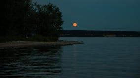 Paisaje de la noche de la orilla del lago Fotografía de archivo libre de regalías