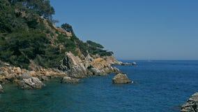 Paisaje de la opinión del mar del top de la isla Lloret Del Mar, España Paisaje del mar Vista del paisaje del bosque del mar almacen de video