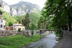 Paisaje de la orilla del río de Cerna en Herculane, Rumania Imágenes de archivo libres de regalías