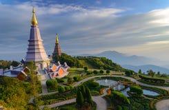 Paisaje de la pagoda dos en el top de la montaña de Inthanon, Chiang Fotos de archivo